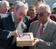 Ahmed Kathrada avec Fidel Castro en 1998... (AFP, Anna Zieminski) - image 3.0