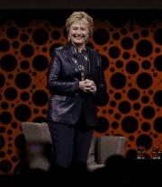 Hillary Clinton s'est adressée à des centaines de... (AP, Ben Margot) - image 4.0