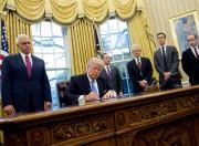 Donald Trump dans le Bureau ovale le 23... (AFP) - image 2.0