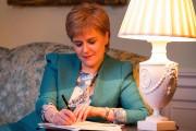 La première ministre de l'Écosse, Nicola Sturgeon, rédige... (PHOTO AFP/FOURNIE PAR LE GOUVERNEMENT ÉCOSSAIS) - image 1.0