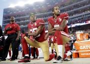 Colin Kaepernick (à droite) restait assis ou posait... (AP, Marcio Jose Sanchez) - image 4.0