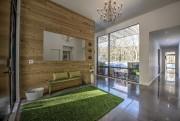 Le mur en bois et le tapis en... (Photo fournie par Proprio Direct) - image 1.1