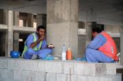 Des ouvriers sur un chantier de laCoupe du... (AFP) - image 8.0