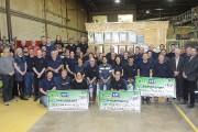 Les employés de l'usine de Larouche de Bois... (Photo Le Quotidien, Gimmy Desbiens) - image 2.0