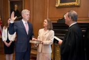Le juge conservateur Neil Gorsuch a juré lundi... (PHOTO REUTERS) - image 1.0