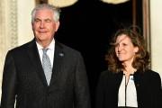 Rex Tillerson pose à côté de son homologue... (AFP) - image 2.0