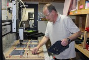 Le technicien de production d'Intelia Sylvain Boucher perce... (Photo fournie par Intelia) - image 1.0