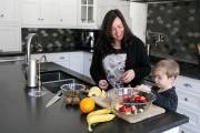 Mélanie Magnan prépare une salade de fruits avec... (PHOTO FRANÇOIS ROY, LA PRESSE) - image 2.0