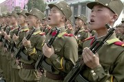 Des soldats défilent.... (Photo tirée d'une vidéo, AP) - image 1.0