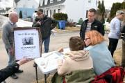 Des bénévoles étaient sur la rue Montgomery, samedi,... (Rocket Lavoie) - image 1.0