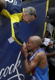 Meb Keflezighi, vainqueur du marathon en 2014, embrasse... (AP, Charles Krupa) - image 2.0