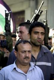 Marwan Barghouthi accompagné de gardes du corps à... (AP) - image 2.0