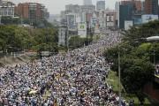 Des milliers de manifestants anti-Maduro ont marché sur... (AP) - image 2.0