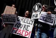 Des manifestants ont exigé le congédiement de Bill... (REUTERS) - image 3.0