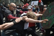 Bagarre entre manifestants pro et anti-Trump dans la... (AFP) - image 2.0