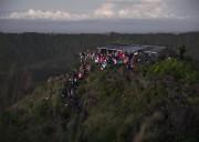 Au sommet, les nombreux voyageurs font silence pour... (Photo Joëlle Choquette et Iouri Philippe Paillé, collaboration spéciale) - image 1.1