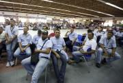 Des ouvriers de GM écoutent durant une rencontre... (AP) - image 2.0