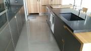 Avec son plancher en béton poli, cette cuisine... - image 1.1