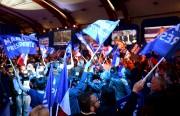 Des supporteurs du Front national célèbrent les résultats.... (AFP) - image 8.0