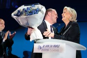 Marine Le Pen reçoit des fleurs après avoir... (AFP) - image 2.0