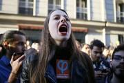 Une supportrice de Jean-Luc Mélenchon crie des slogans... (AP) - image 3.0
