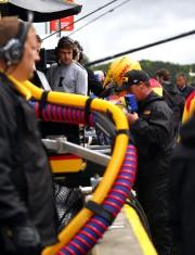 Fernando Alonso (en chandail gris) observe les préparatifs... - image 3.0
