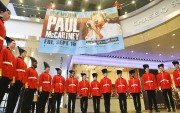 Des hommes habillés en gardes britanniques de la... (AP, Bebeto Matthews) - image 2.0