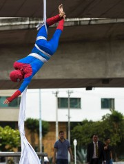 Jahn Freddy Duque tend une toile blanche longue... (AFP, Raul Arboleda) - image 2.0