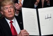 Donald Trump montre son décret aux médias, lors... (AFP) - image 2.0