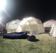 Des tentes utilitaires en plastique blanc auFyre Music... (Photo tirée de Twitter) - image 1.0
