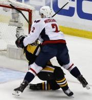 Sidney Crosby reçoit le baton de Matt Niskanen... (Photo Gene J. Puskar, AP) - image 1.0