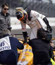 L'Espagnol Fernando Alonso s'installe dans sa voiture pour... (Associated Press) - image 3.0