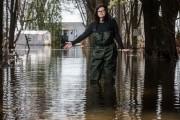 Chantal Trottier montre le haut niveau d'eau que... (François Gervais, Le Nouvelliste) - image 1.1