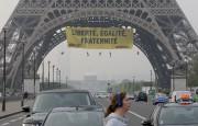 Des militants de Greenpeace ont profité de la... (AP, Michel Euler) - image 3.0