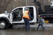 Des employés des travaux publics de Shawinigan font... (Sylvain Mayer) - image 2.0