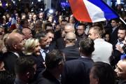 Marine Le Pen profite d'un bain de foule... (AFP) - image 2.0