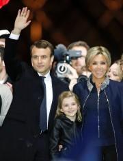 Emmanuel Macron a étérejoint sur scène par son... (REUTERS) - image 2.0