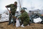Ces militaires de Valcartier remplissaient des sacs de... (Olivier Croteau, Le Nouvelliste) - image 6.0