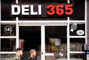 La vitrine duDeli365 arbore deux logos particulièrement importants... (Photo Bernard Brault, La Presse) - image 3.0