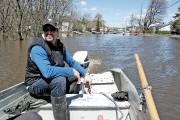 Éric Landry doit utiliser un bateau pour se... (Patrick Woodbury, Le Droit) - image 2.0