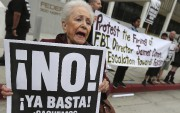 Une militante participe à une manifestation à Los... (AP) - image 2.0