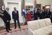 Une autre photo prise dans le Bureau ovale... (AFP) - image 4.0