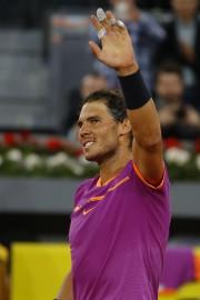 Rafael Nadal salue la foule après sa victoire.... (AP) - image 2.0