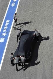 Les mécanos McLaren-Honda poussent la voiture en panne... - image 6.0