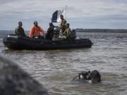 Les plongeurs des Forces armées canadiennes ont été... (François Gervais) - image 1.0