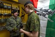 Deux membres de la Milice patriotique québécoise, en... (Photothèque Le Soleil) - image 3.0