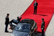 Emmanuel Macron a applaudi François Hollande avant qu'il... (Patrtick Kovarik, Reuters) - image 2.0
