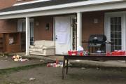 Les débris des fêtards s'étant réunis vendredi soir... (La Tribune, Luc Larochelle) - image 2.0