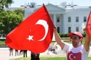 Des supporters pro-Erdogan ont défilé devant la Maison-Blanche,... (AFP) - image 2.0