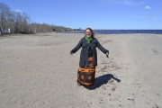 Sonia Robertson montre la différence de sable sur... (Le Quotidien, Louis Potvin) - image 1.0